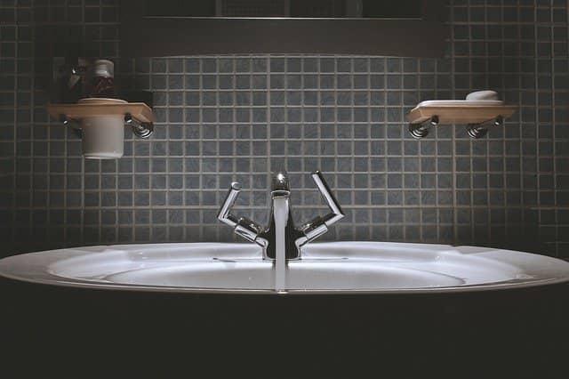 Kombinace dlaždic a tapet v koupelně